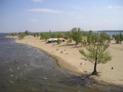На пляже будут обучать детей плаванию