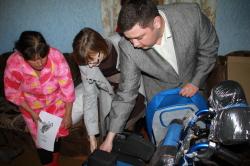 Сенатор привезла инвалиду коляску