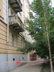 На доме в центре города 2 балкона представляют опасность для пешеходов