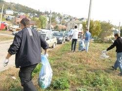 Активисты убрали мусор вокруг областной больницы