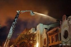 Пожар в ТЮЗе. Для подъезда к зданию спускались колеса пожарных машин