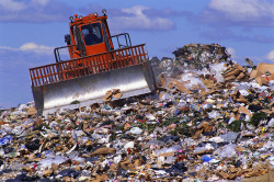 Охрана не пускает машины с мусором в Маханный овраг
