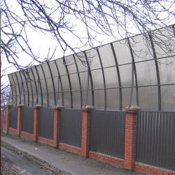 Строится школа со спорткомплексом и шумозащитным забором
