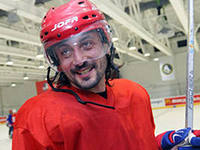 """Областные чиновники и """"звезды"""" эстрады играют в хоккей """"под флагом доброты"""""""