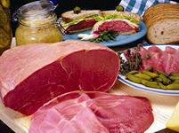 """У уличных торговцев в Саратове изъяли 65 кг """"незаконной"""" свинины"""