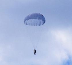 Полицейский погиб во время прыжка с парашютом