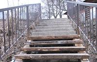 Из-за обрушения лестницы на турбазе пострадали трое отдыхающих