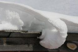 Под тяжестью снега обвалилась кровля дома в Кировском районе