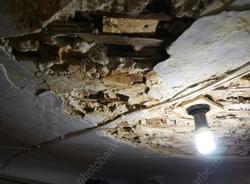 Из-за бездействия УК в квартире и подъезде дома рухнул потолок