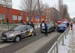 В столкновении такси и еще двух машин пострадали 2 человека