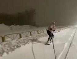 Девушкам грозит штраф за катание по дорогам на сноуборде