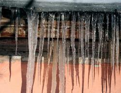 Горожанин погиб при уборке снега с крыши