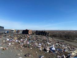 На трассе перевернулся мусоровоз