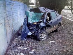 Гранта врезалась в забор, водитель погиб