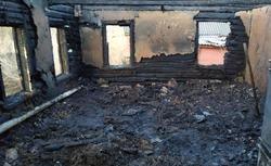 При пожаре в доме мужчина спасся, его мать сгорела