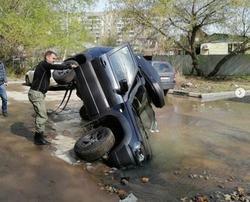 Автомобиль провалился в яму с водой