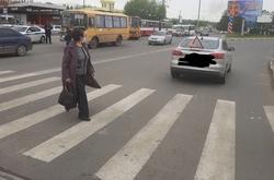 На переходе у стадиона Волга сбили женщину с ребенком
