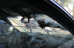 В центре города упавшая ветка пробила лобовое стекло машины