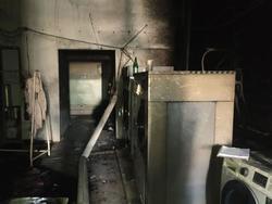 Пожарные тушили горящие вещи в химчистке