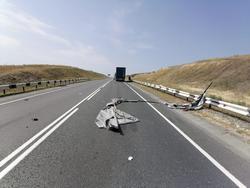 Оторвавшийся тент травмировал водителя фуры на трассе