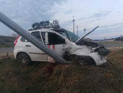 На ночной трассе Лада влетела в опору ЛЭП, водитель погиб