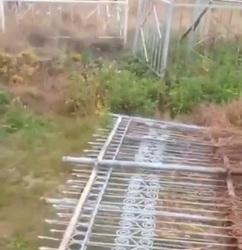 На кладбище вырвали и приготовили к отгрузке ограды