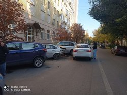 Веста протаранила 4 припаркованные иномарки