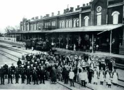 Саратовский железнодорожный вокзал со стороны платформы.