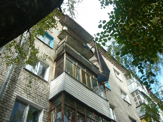 """Упавшая с балкона руководитель приемной """"ЕР"""" уволена по собственному желанию"""