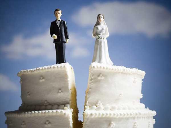 В области стали меньше жениться и больше разводиться