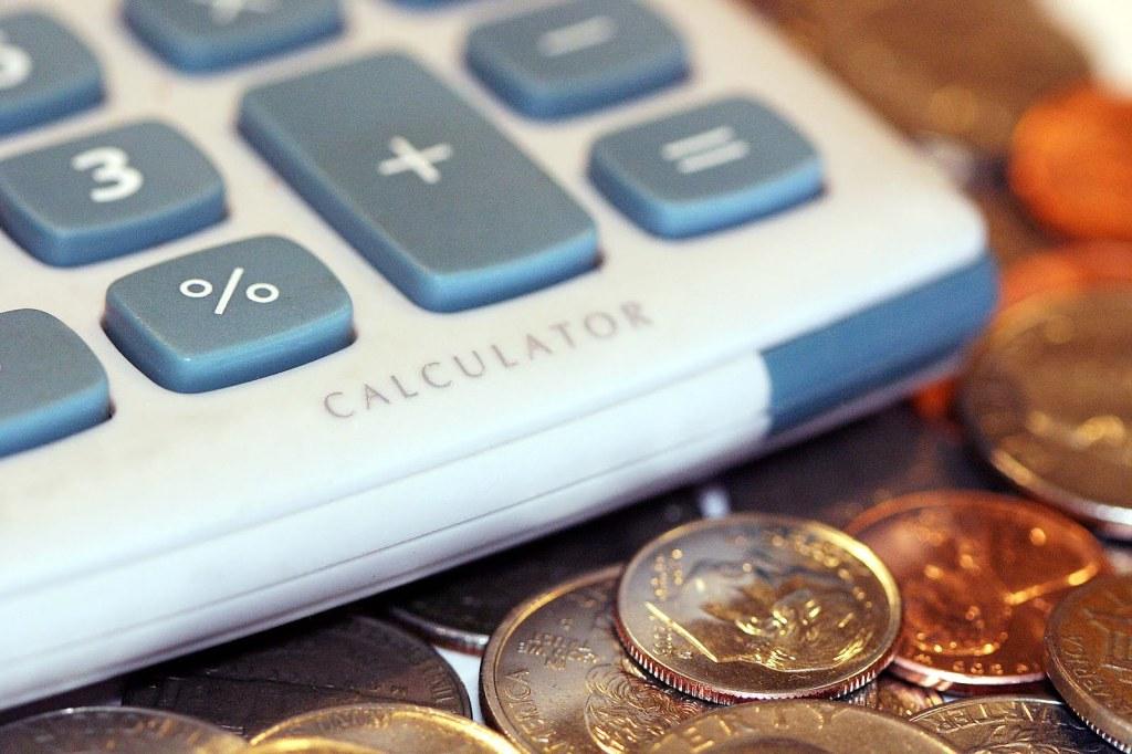 Налоговики начали начислять налог безработным с дорогими машинами и квартирами