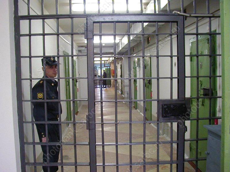 Под угрозой пистолета уженщины похитили две шубы и200 тыс. руб.