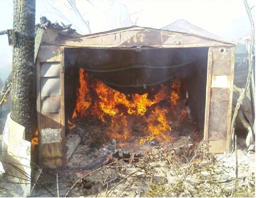 Мужчина тушил пожар вгараже иполучил отравление