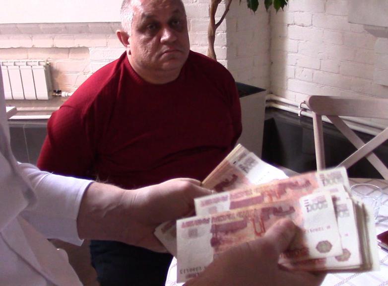 Предприниматель дал взятку в500 тыс руб переодетому сотруднику ФСБ