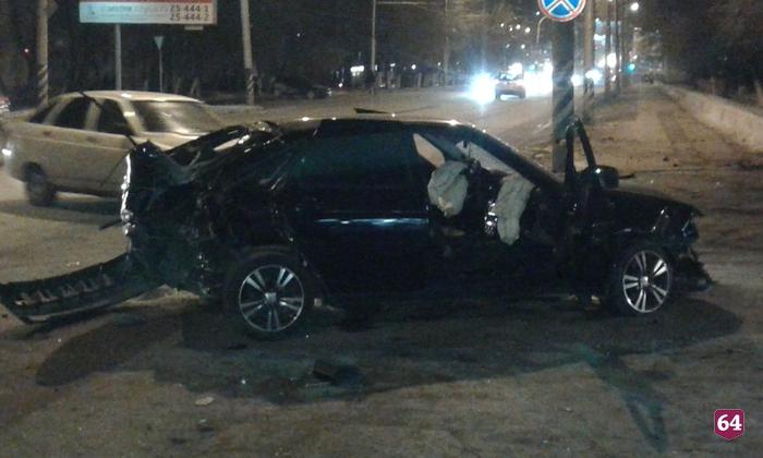 После удара остолб автомобиль отбросило напешеходов. есть жертвы