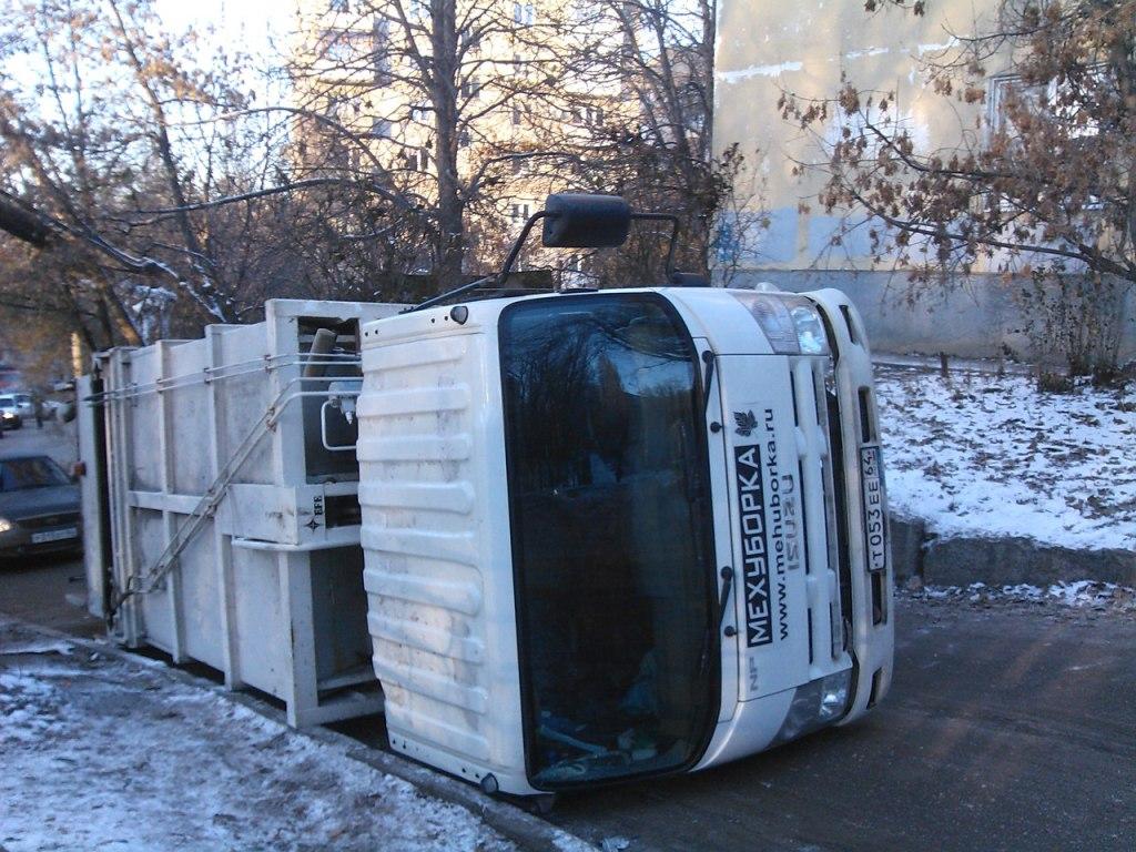 Рядом сошколой вСаратове перевернулся мусоровоз