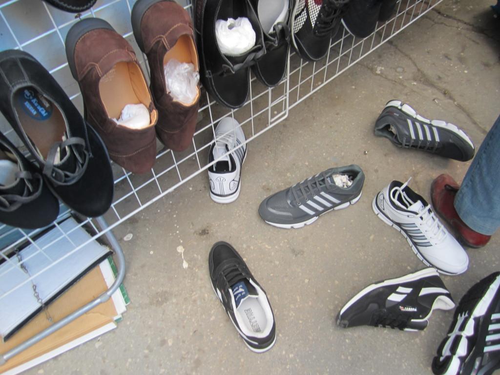 Приставы арестовали обувь «предпринимателей-кочевников»