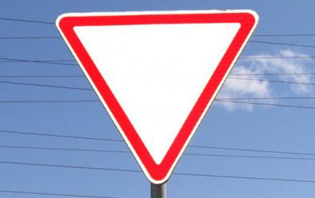 движение под знаком уступи дорогу