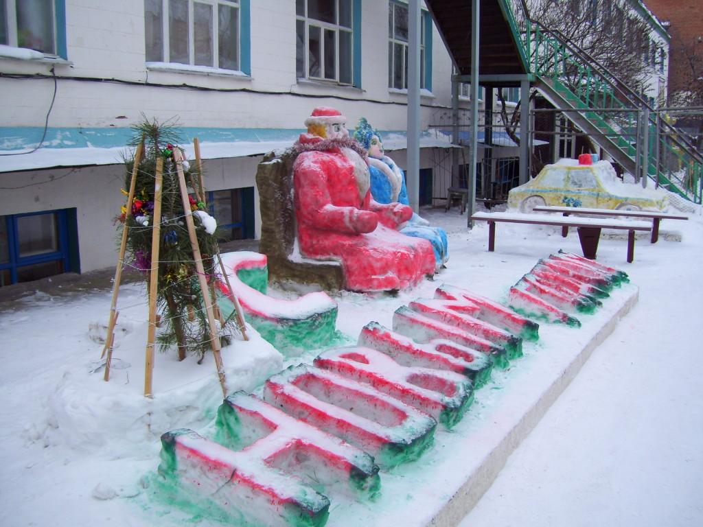 Саратовские заключенные слепили изснега Снегурочку, Шрека и«Гелендваген»