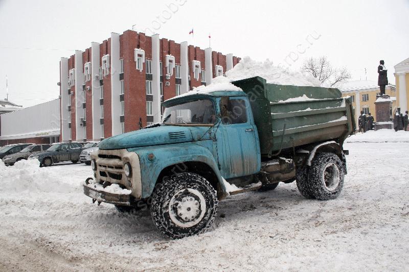 Чиновники: вцентре Саратова снег убирают круглые сутки