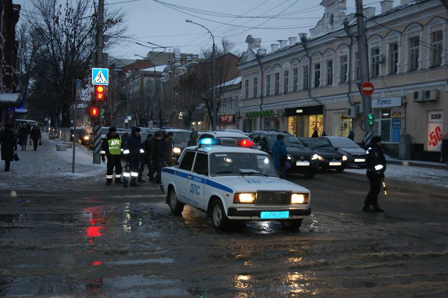 Вцентре Саратова перекрыли улицу из-за прорыва трубопровода