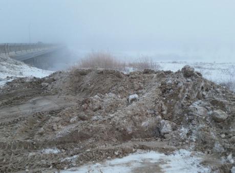 Год экологии. ВАлгае коммунальщики вываливают грязный снег вБольшой Узень