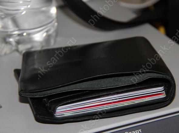 Около банкомата изкошелька саратовца украли 19 тыс.