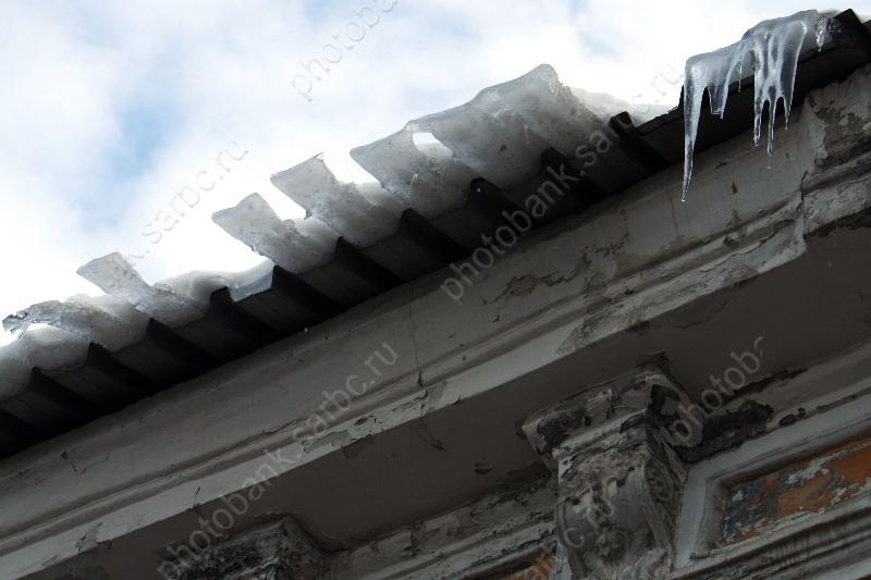 ВСаратове генпрокуратура ищет виновных впадении снега надетскую коляску