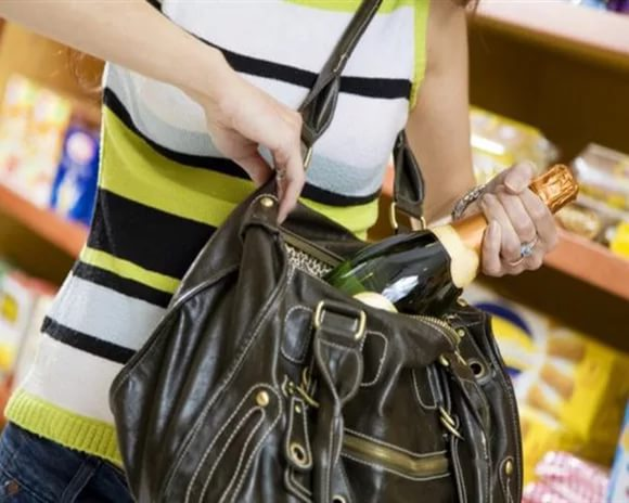 ВСаратове первокурсница украла вмагазине вино, презервативы ивзбитые сливки