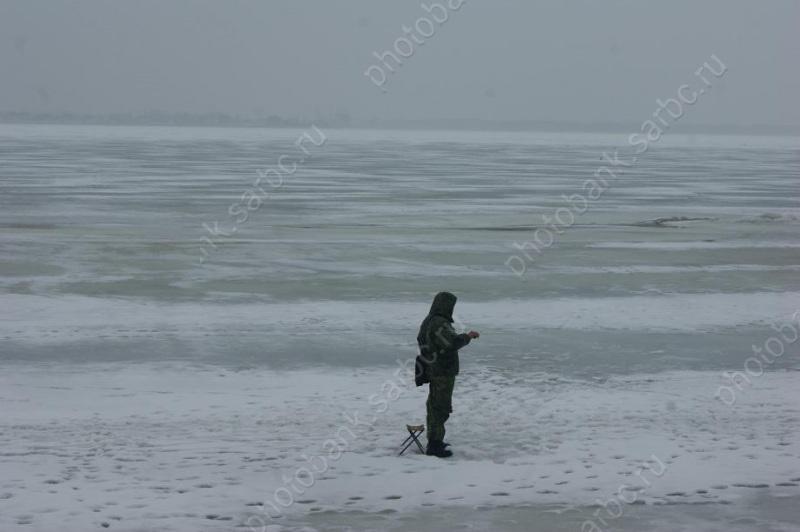 Супружеская пара рыболовов провалилась под лед наСазанке