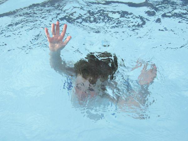ВСаратове ребенок едва не потонул вбассейне. Возбуждено уголовное дело