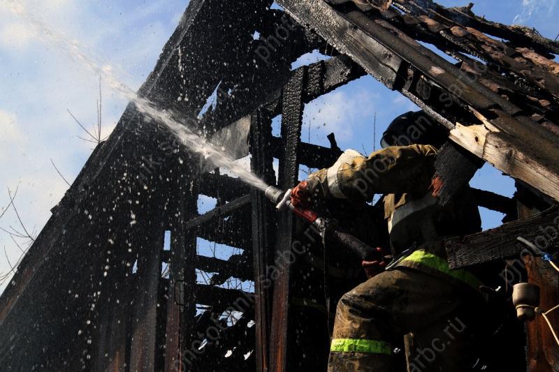 ВТатищево изгорящего дома эвакуировали ребенка
