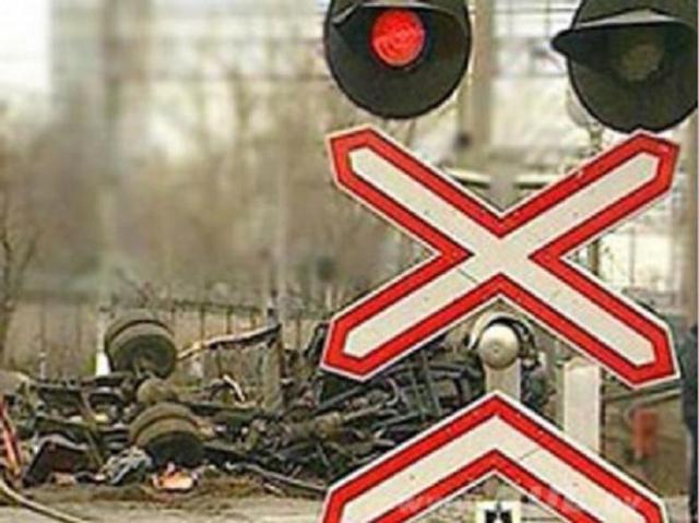 Маневровый локомотив напереезде столкнулся с«ГАЗелью»