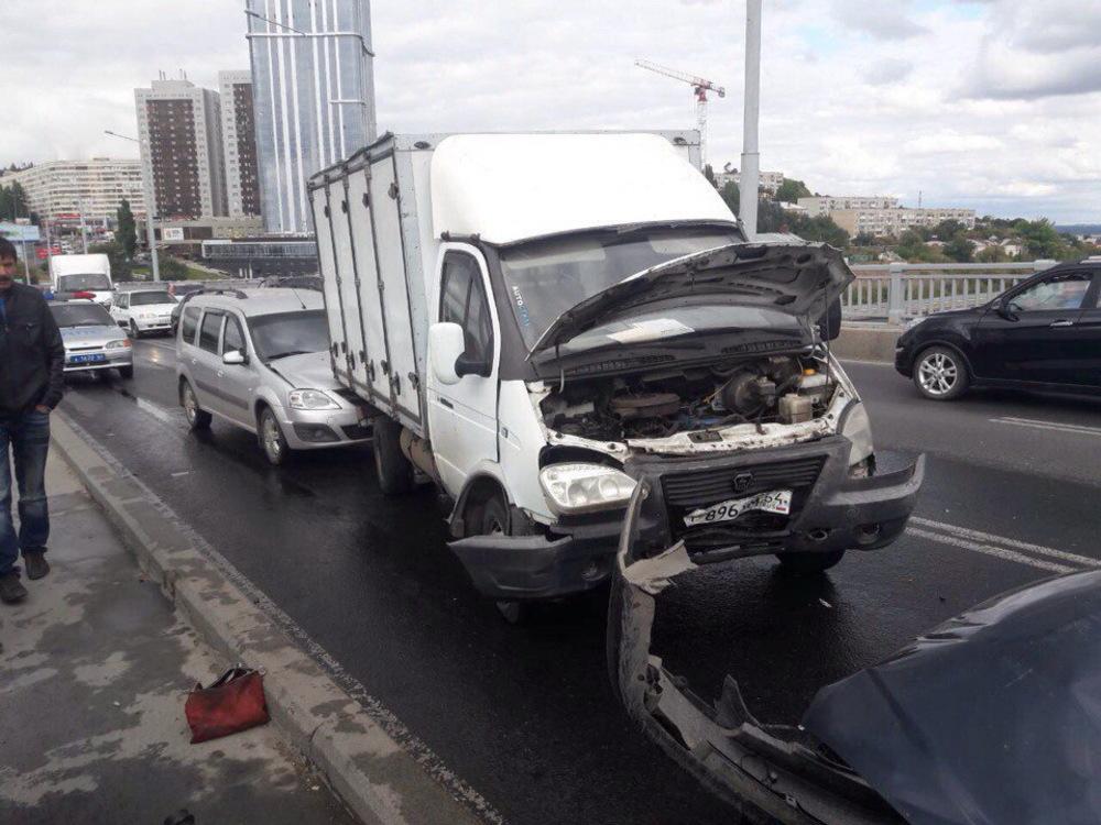 Намосту Саратов-Энгельс столкнулись 5 авто